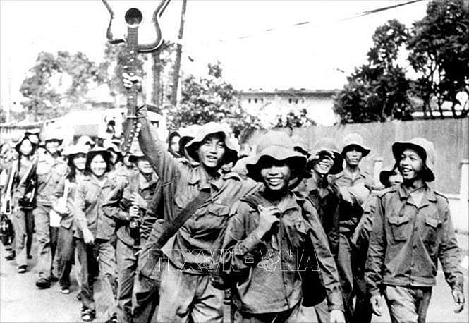 Thanh niên xung phong thành phố Hồ Chí Minh hăng hái lên đường đi xây dựng vùng kinh tế mới, ngày 28-3-1976. Ảnh: Tư liệu/TTXVN