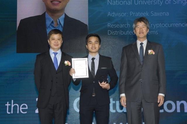 Lưu Thế Lợi (giữa) nhận học bổng nghiên cứu Microsoft Research Asia tổ chức tại Đại học Yonsei, Hàn Quốc năm 2016
